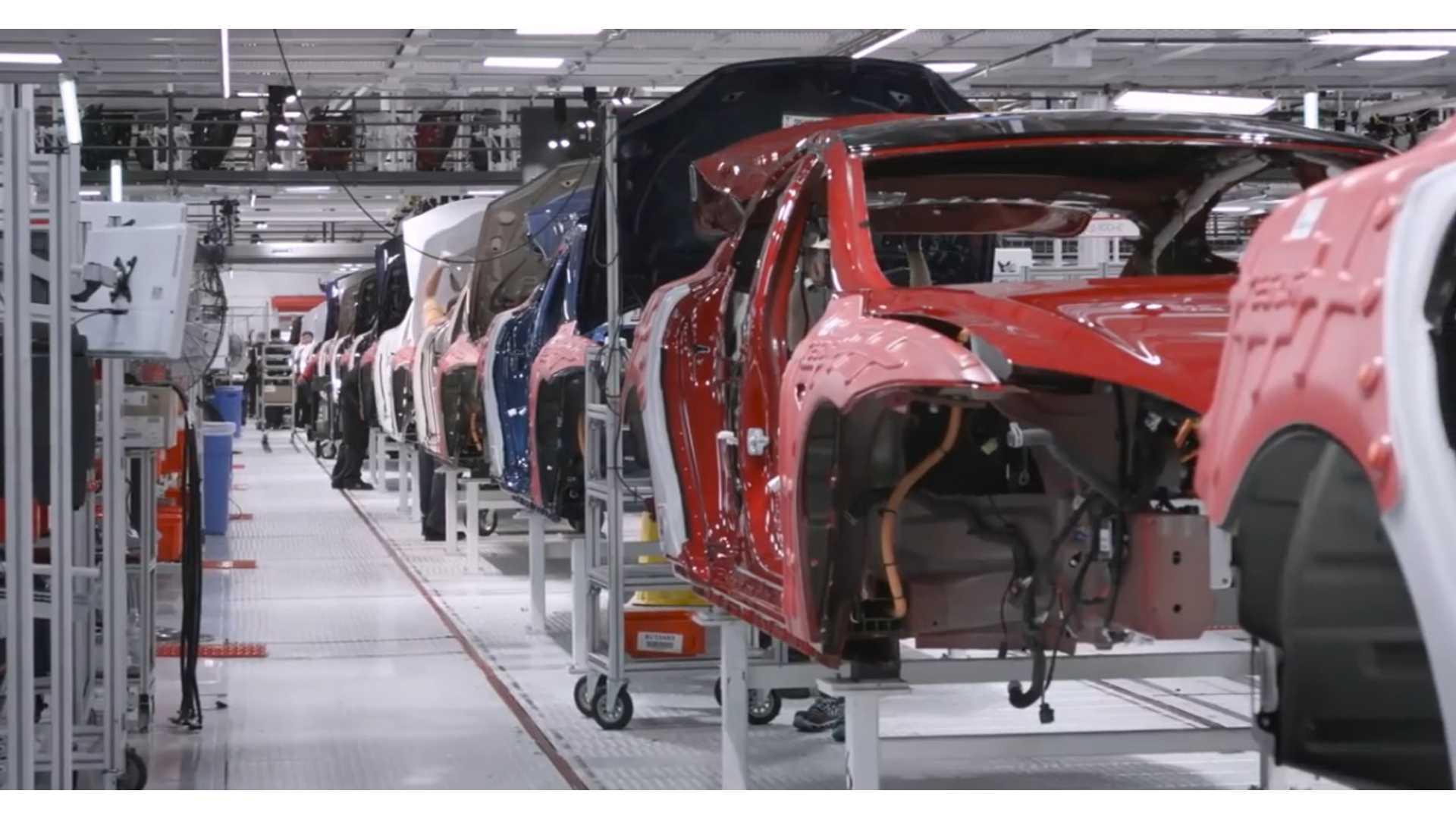 Илон Маск открывает фабрику Tesla Fremont несмотря на правила округа