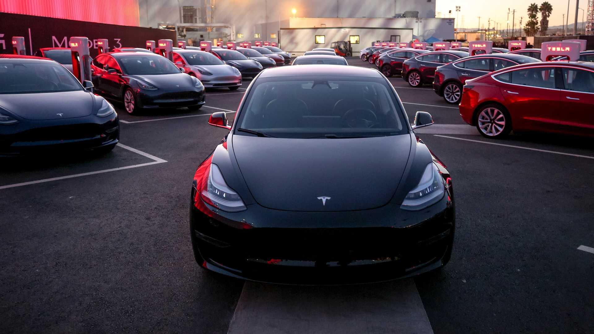 В разгар успеха Tesla, покупатели автомобилей по-прежнему не верят в электромобили