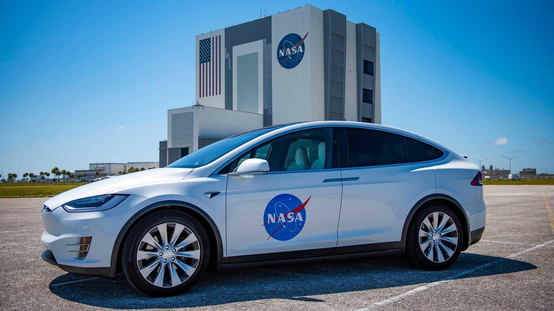 Тесла Модель X Шаттл будет нести астронавтов