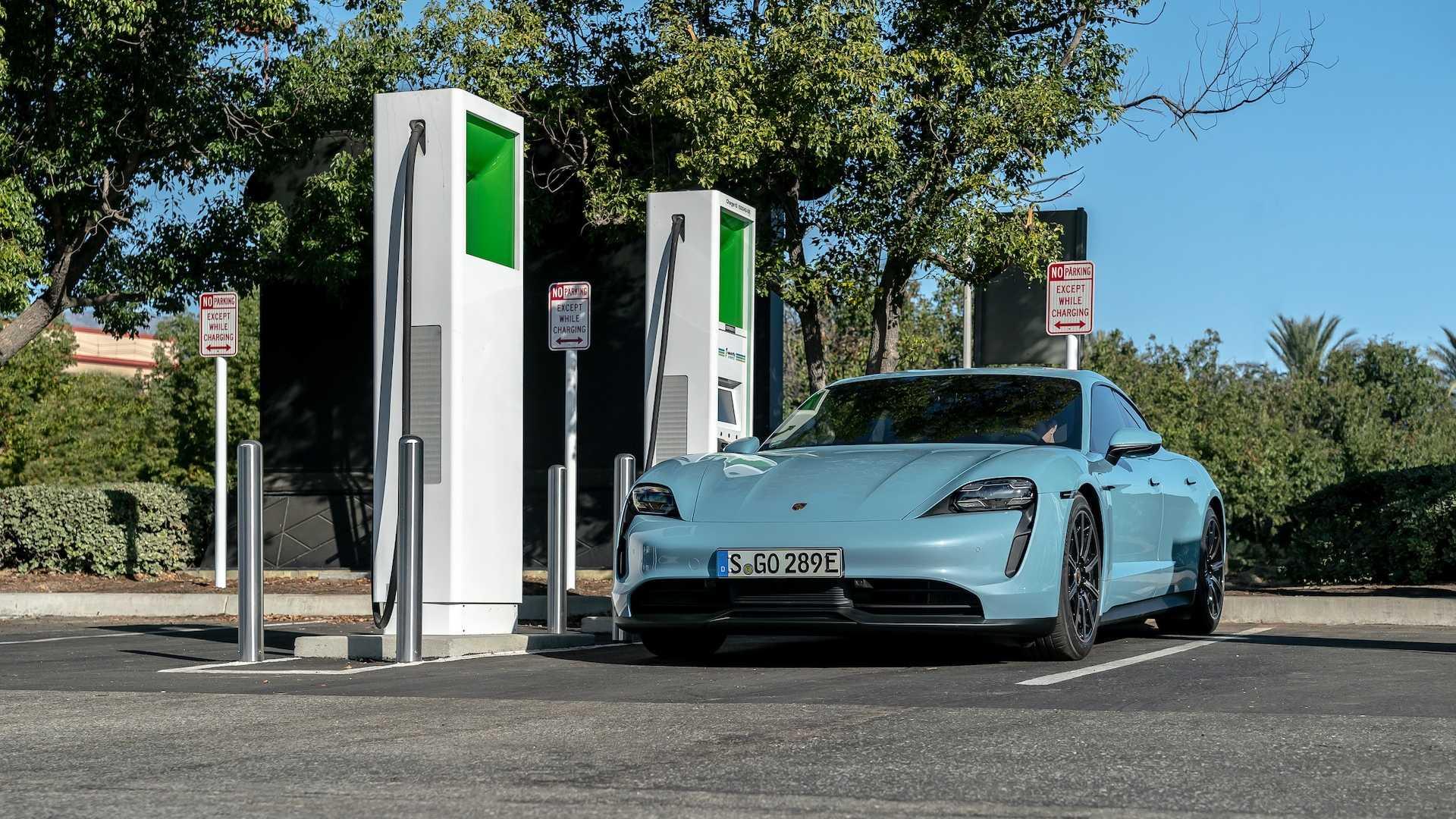 Наблюдайте за этими Porsche Taycan 4S с тестами зарядки аккумулятора 79 кВтч