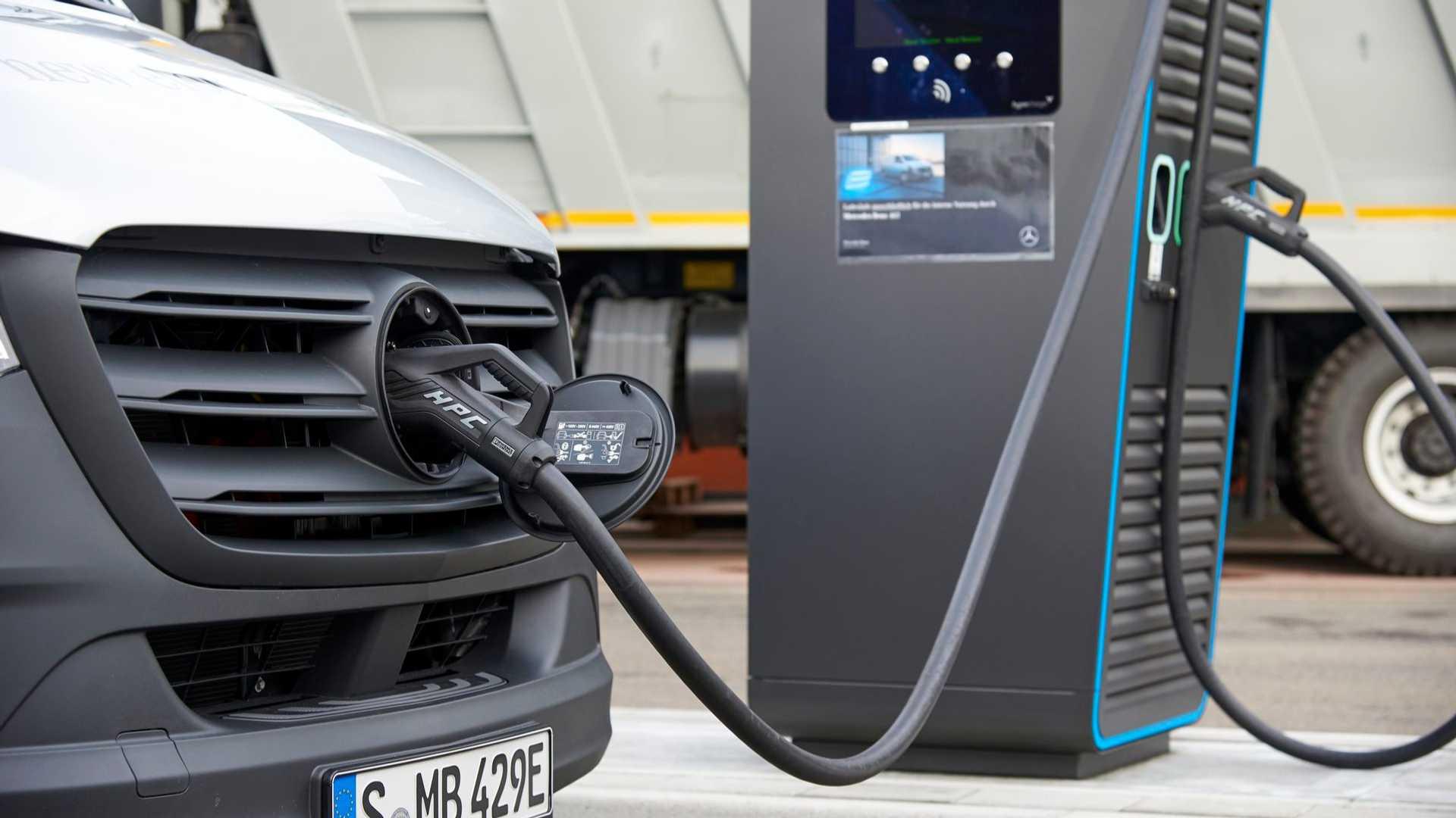 Mercedes-Benz не считает синтетическое топливо жизнеспособной альтернативой электромобилям
