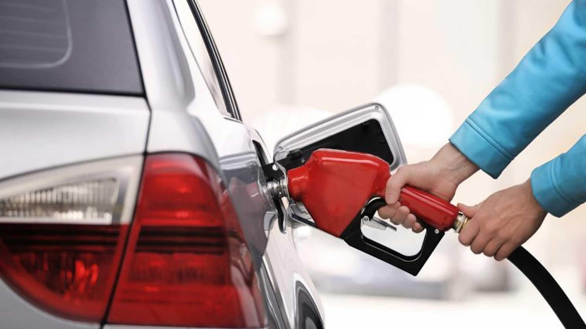 Некоторые эксперты утверждают, что низкие цены на газ повредят Tesla и отрасли электромобилей