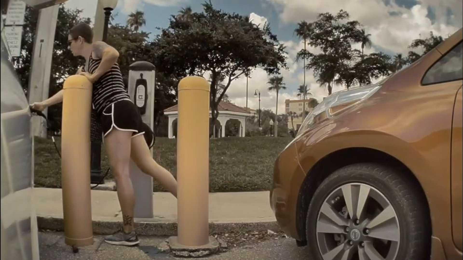 Наблюдайте, как владелец Nissan LEAF отключает Tesla Model 3, чтобы зарядить свой автомобиль