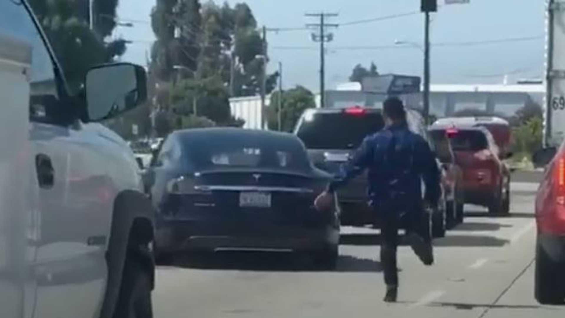 Видеокамера Dashcam захватывает Tesla Model S, инцидент с Chevy Camaro на дороге в Калифорнии