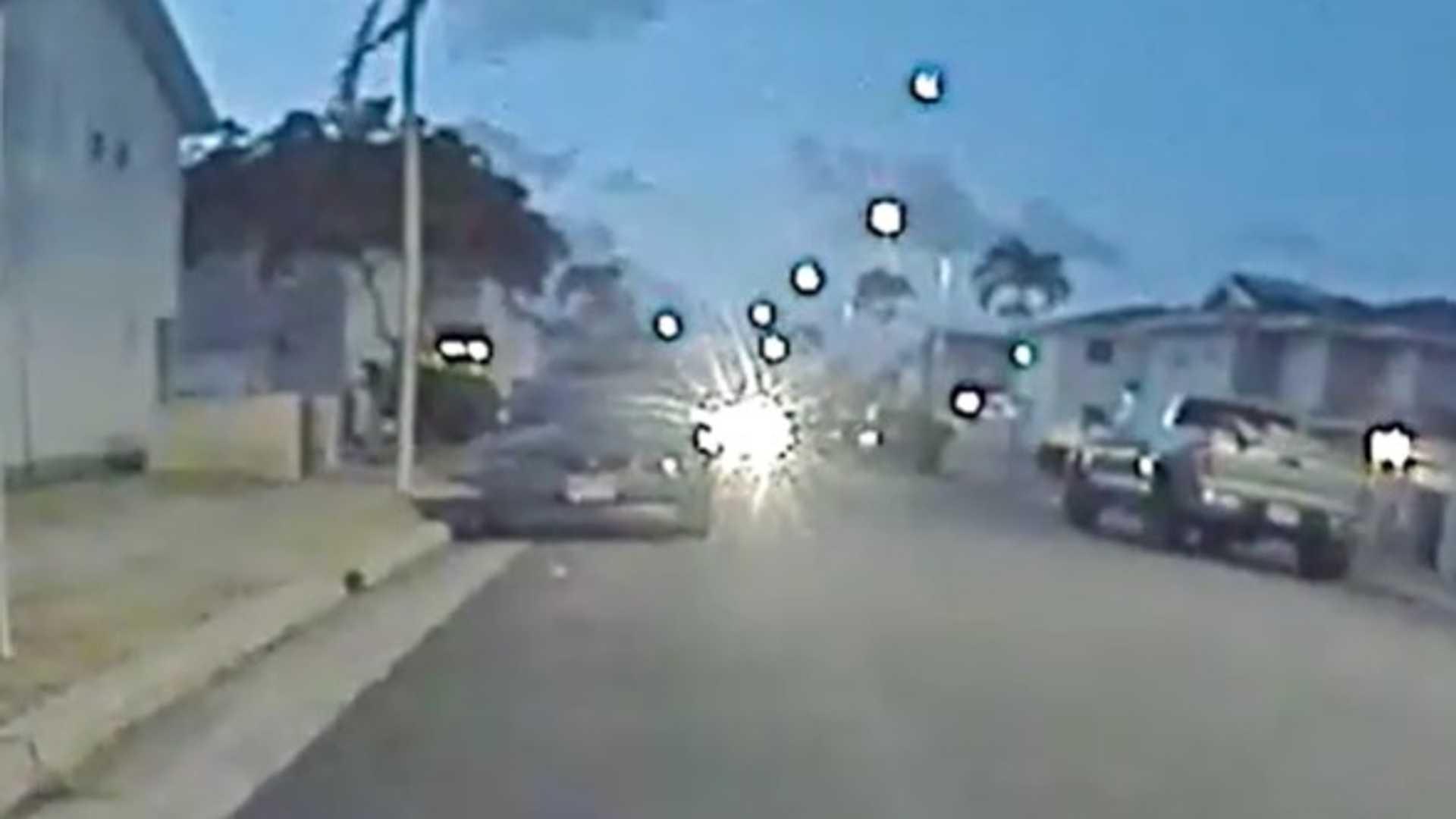 Модель 3 Tesla ловит метеор, падающий по небу на Гавайях