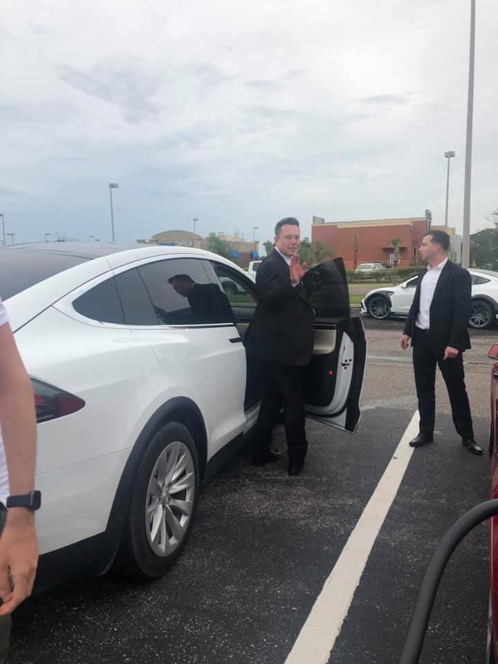 Элон Маск из Tesla взаимодействует с фанатами в Supercharger после запуска Crew Dragon