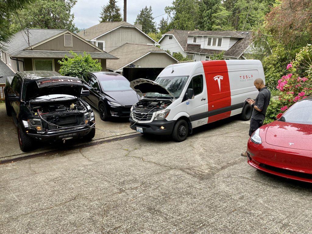 Технология мобильной связи Tesla устраняет проблему Ford F-150 Raptor во время встречи с моделью 3