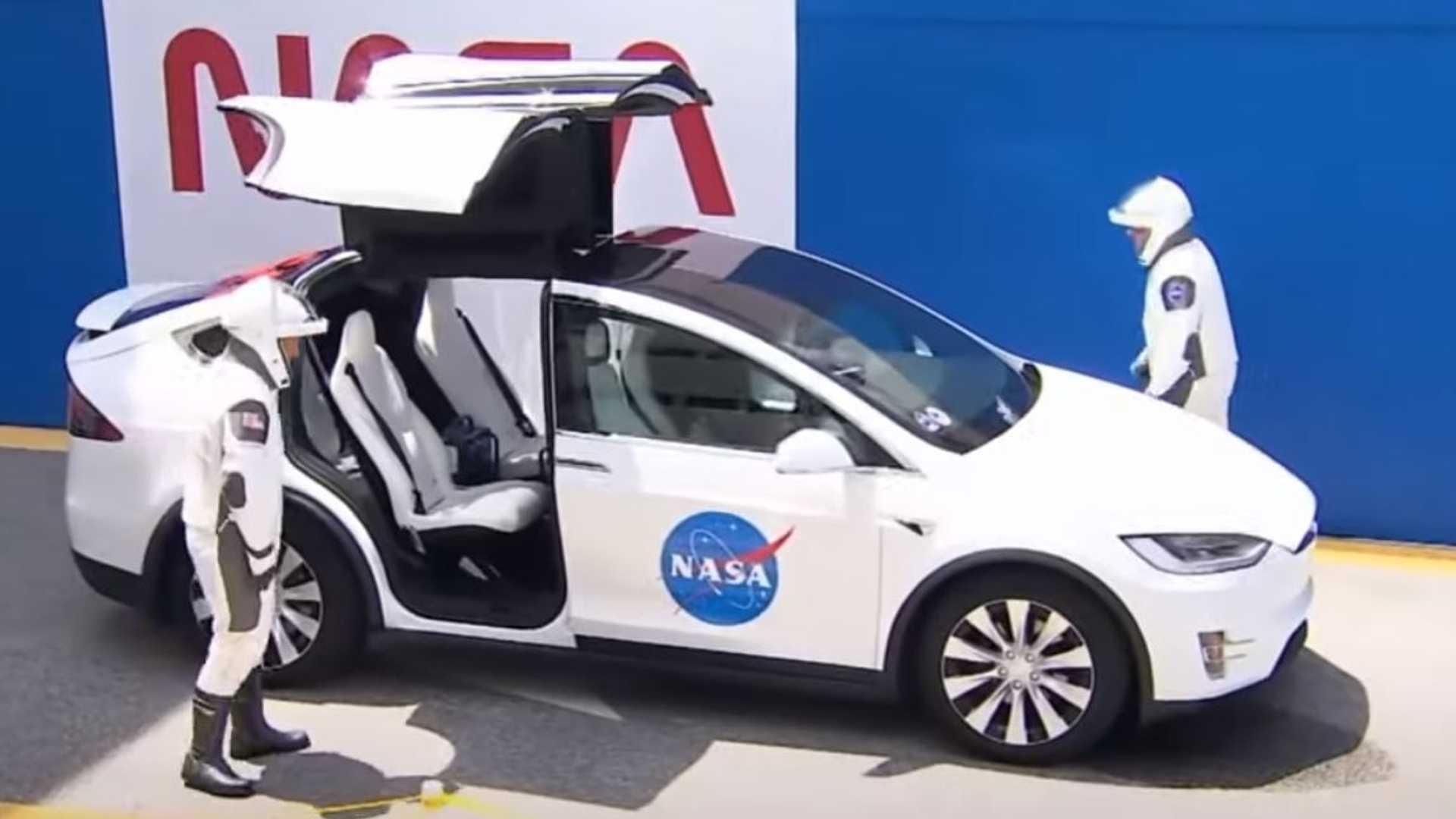Наблюдайте, как астронавты НАСА используют Tesla Model X для запуска пилотируемого космического полета SpaceX
