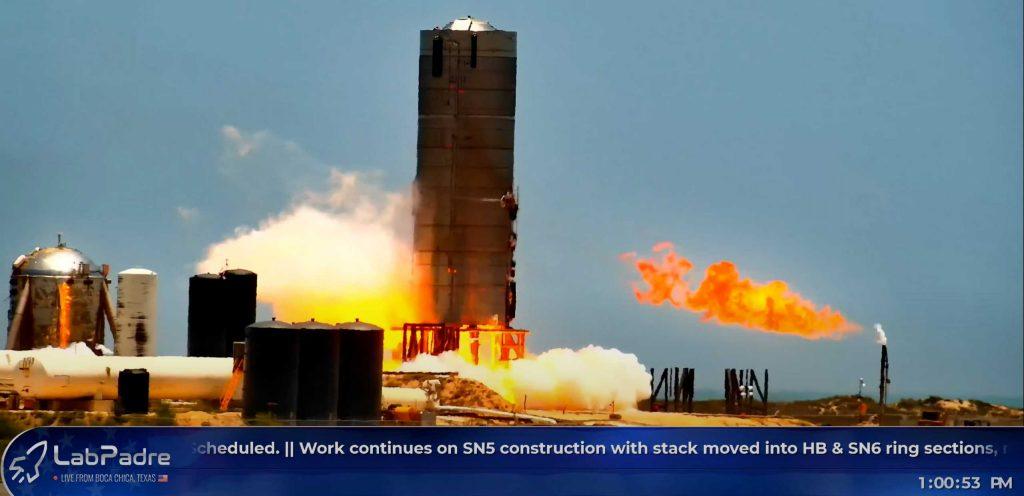 Прототип SpaceX в подвешенном состоянии после испытания двигателя зажигает ракету