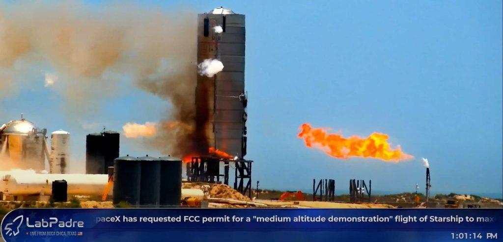 Ракета SpaceX Starship зажигается во время третьего испытания двигателя Raptor