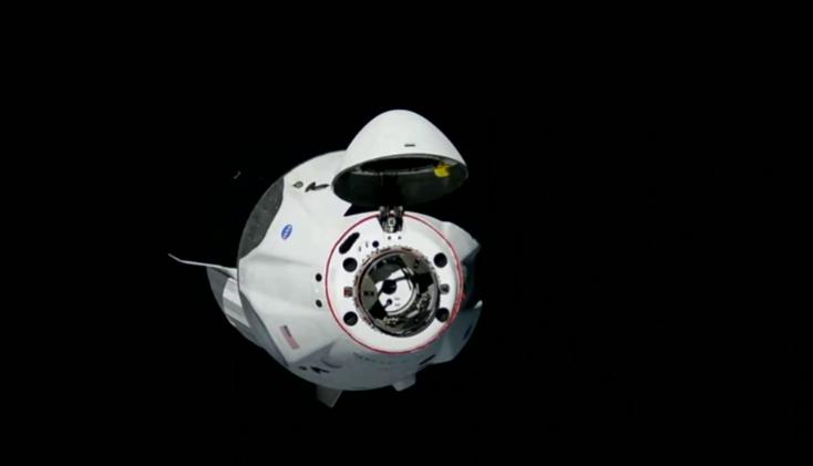 SpaceX Dragon прибыл на космическую станцию, завершив исторический полет