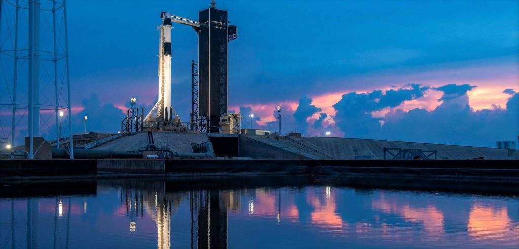 SpaceX готовится к самому важному запуску в мире: небо и море грозят задержками