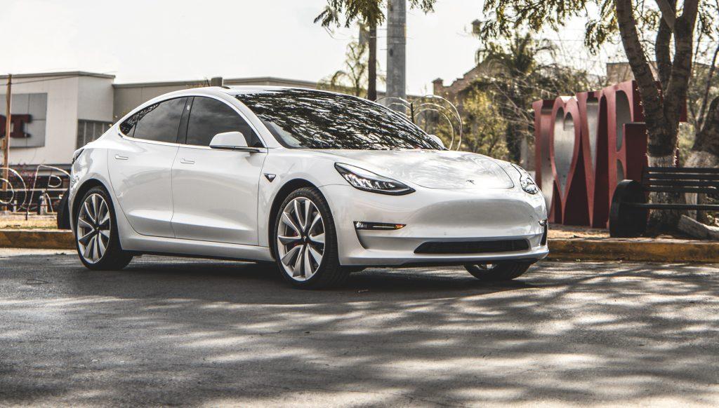 Тесла получает заплаченные рекордные суммы благодаря неспособности старого автомобиля принять электромобили
