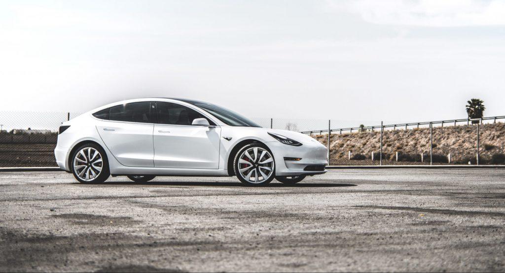 Тесла Модель 3 качает поклонника GM, который ненавидел Теслу, чтобы переосмыслить его Корвет