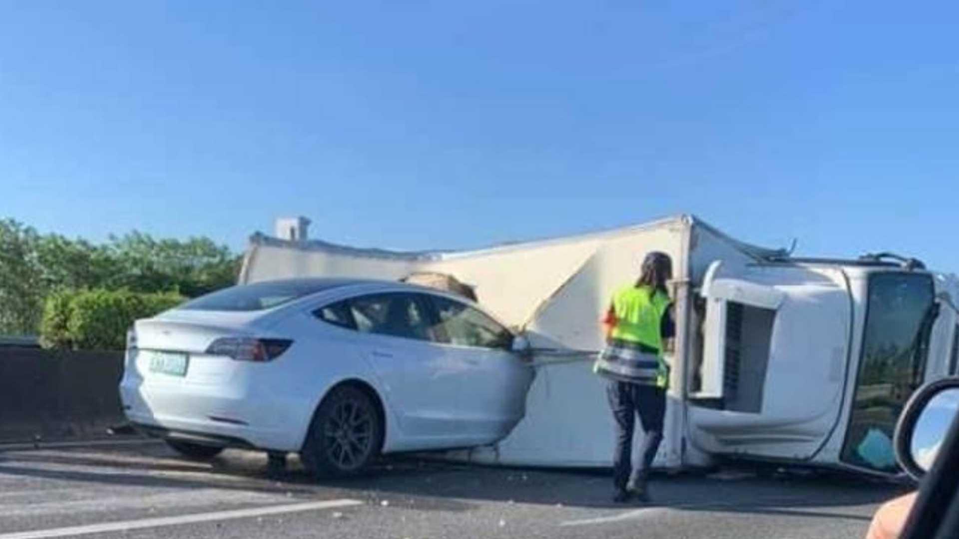 Наблюдайте, что Тесла Модель 3 На Автопилоте Авария В Перевернутый Полу Грузовик На Шоссе