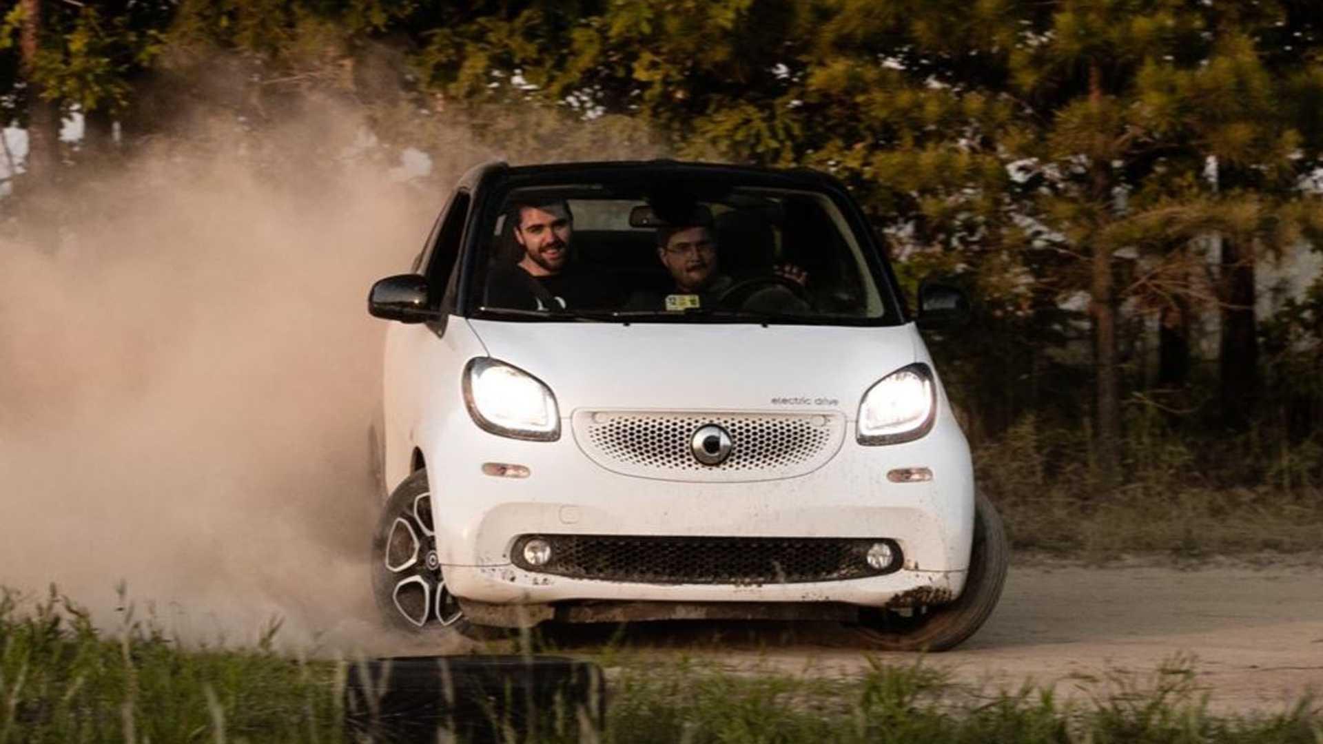 Посмотрите это внедорожное видео с электрическим автомобилем Smart ForTwo