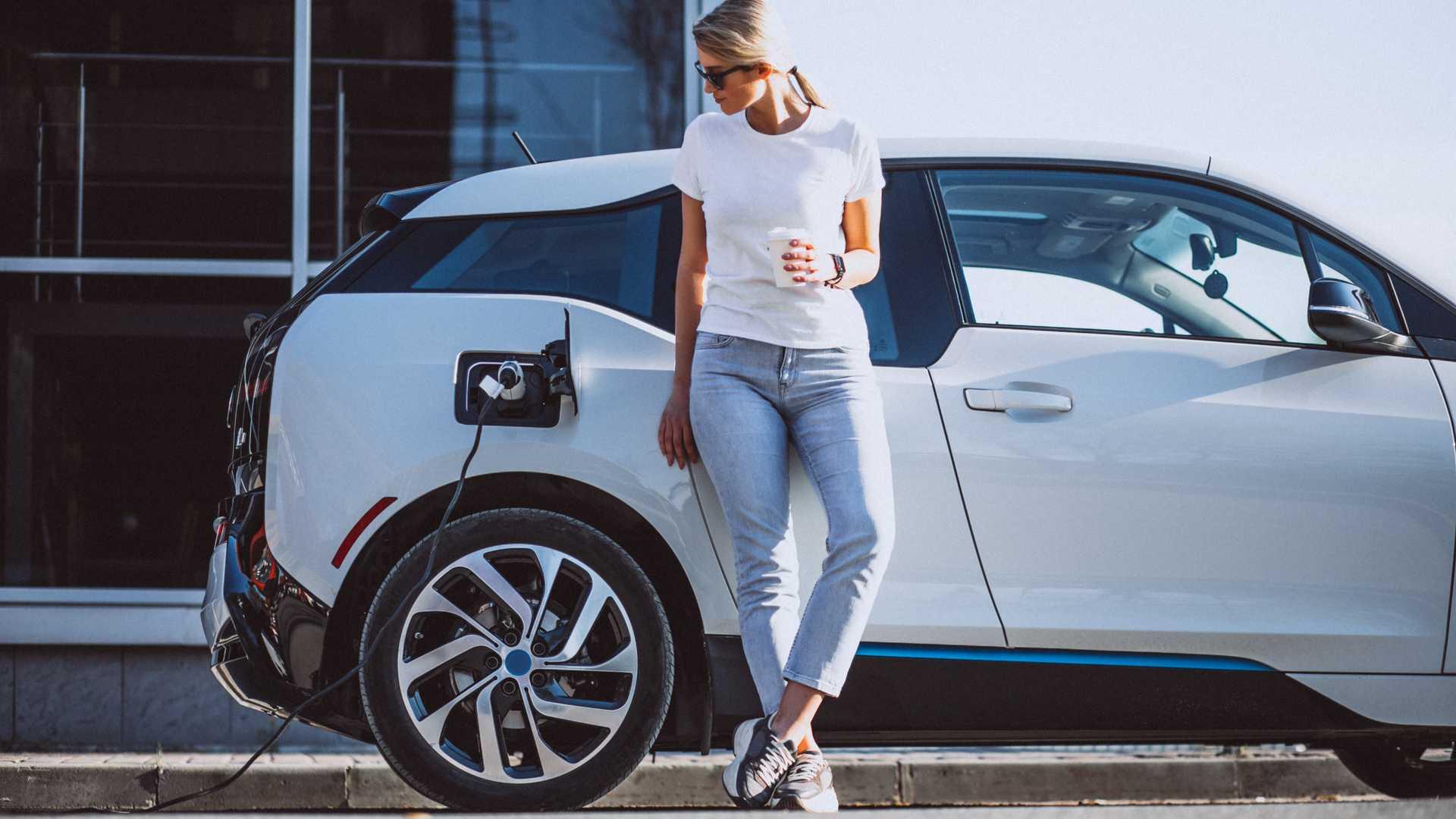 Количество точек зарядки электромобилей превышает количество АЗС в Великобритании по соотношению более 2 к 1