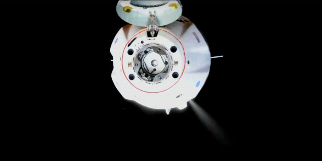 Экипаж космического корабля компании SpaceX Дракон прошел через орбиту космической станции