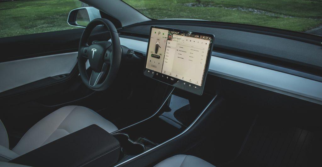 Сенсорный интерфейс Tesla Model 3 включен в список «самых худших» дизайнерских тенденций, которые необходимо остановить