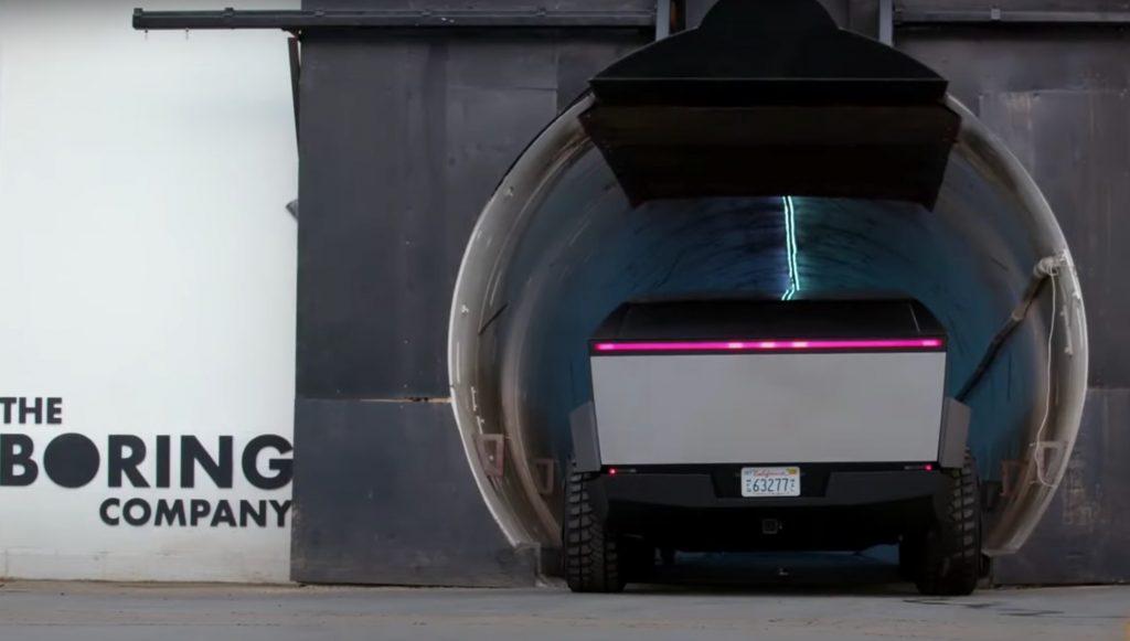 Тесла Кибертрак входит в туннель The Boring Company