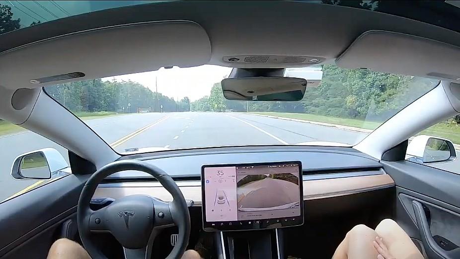 Тесла Автопилот плавно определяет и замедляет для пешехода в впечатляющем видео
