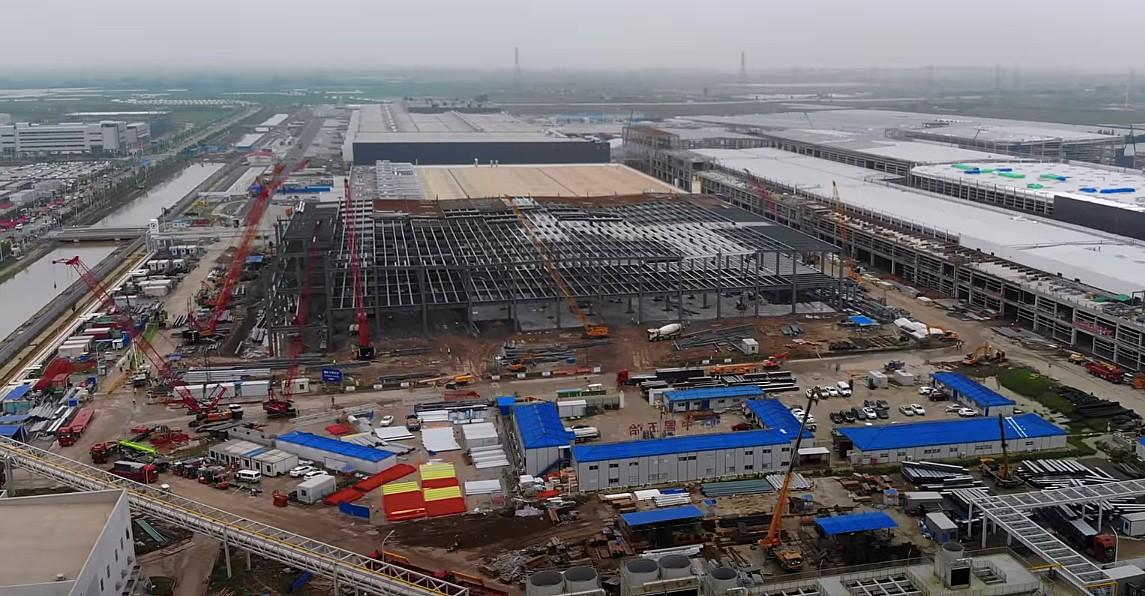 Тесла Gigafactory Шанхай видит пандус грузовиков с новым оборудованием