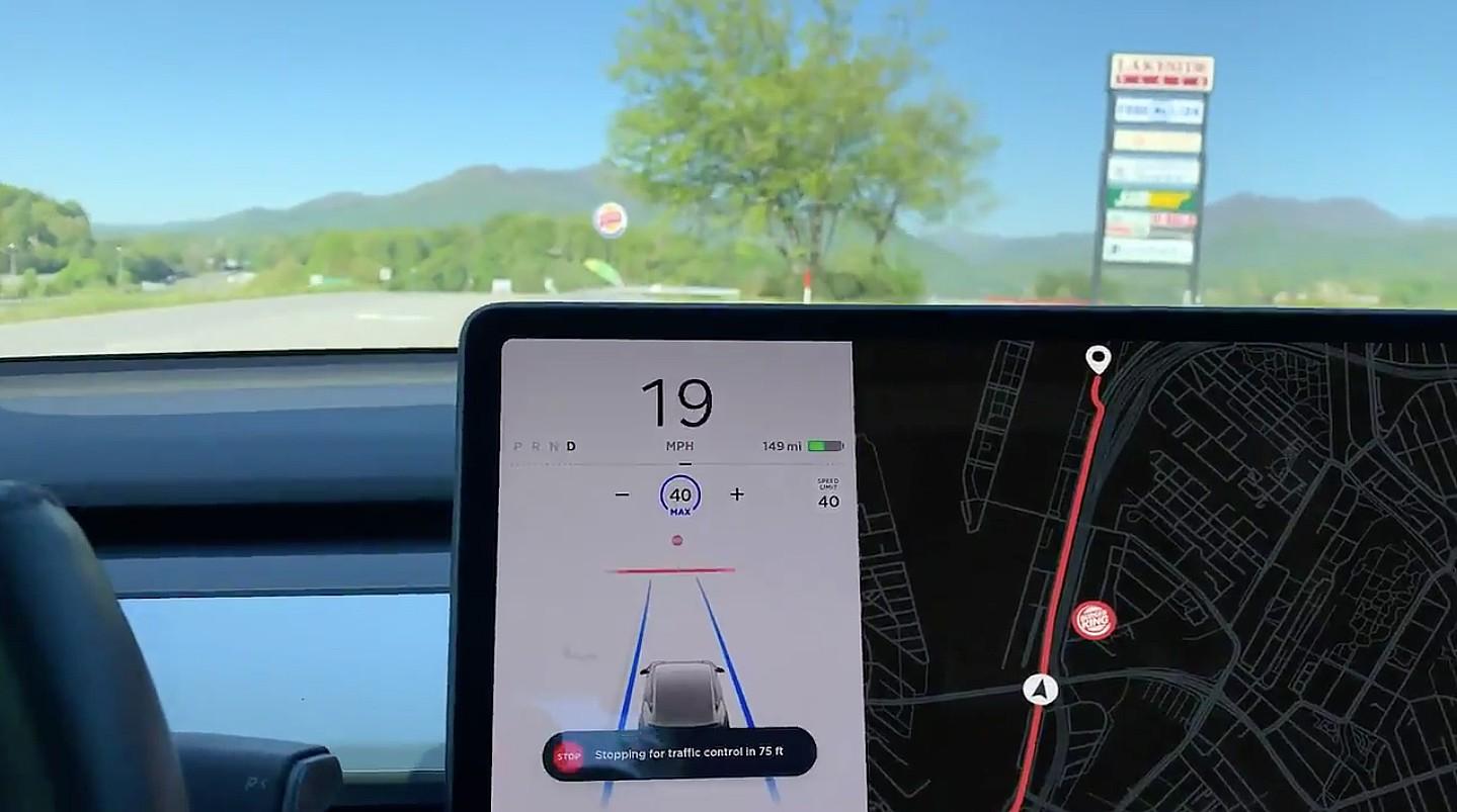 Контроль над стоп-сигналом автопилота Tesla, показанный в умной рекламной кампании Burger King