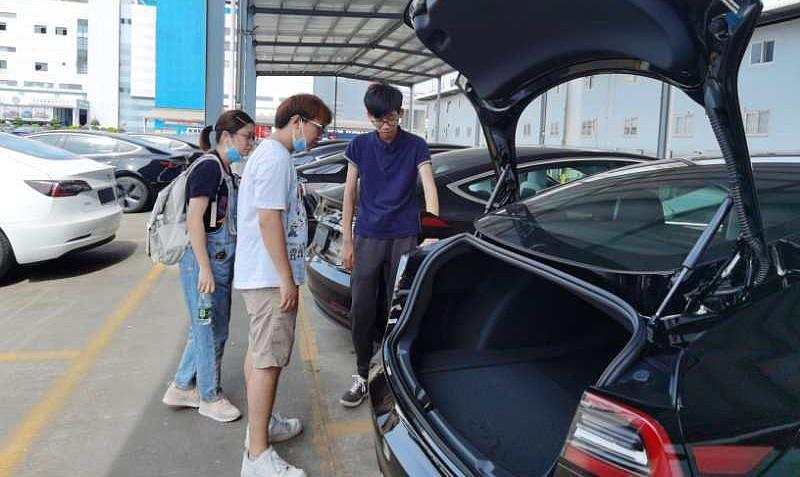 Tesla поставляет новые модели Made in China Model 3 с помощью местных владельцев
