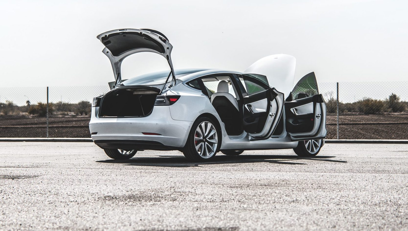 Элон Маск из Tesla предлагает бесплатное обновление двери багажного отделения с электроприводом для клиента Model 3, прикованного к инвалидной коляске