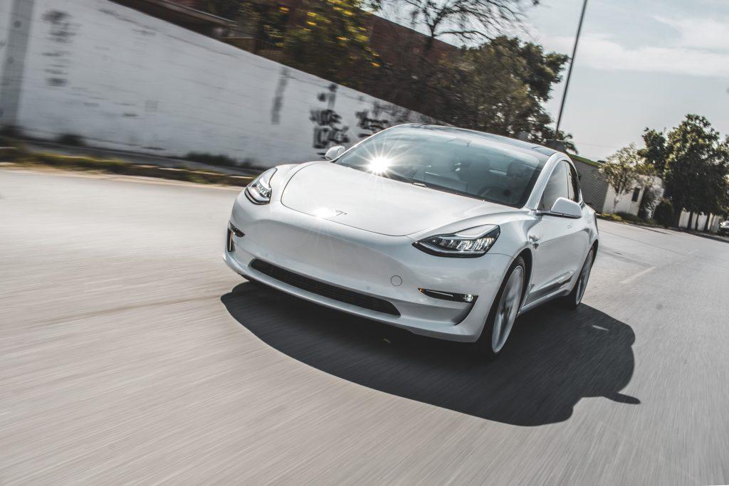 Tesla Model 3 доминирует в британских продажах электромобилей, входит в топ-10 по всем автомобилям