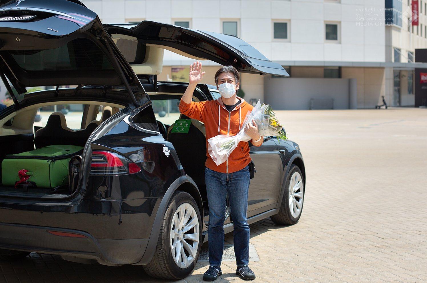 Tesla Model X перевозит конечного пациента COVID-19 из больницы Дубая