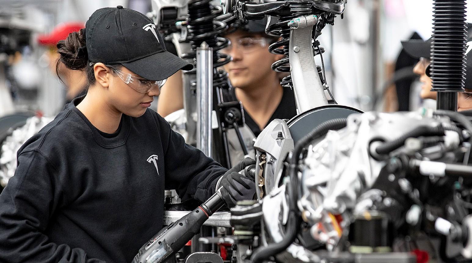 Тесла нанимает, даже с рекордными показателями безработицы в США