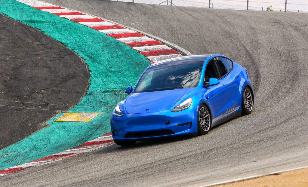 «Ежедневный водитель» Tesla Model Y демонстрирует время круга, близкое к суперкару, вокруг лагуны Сека