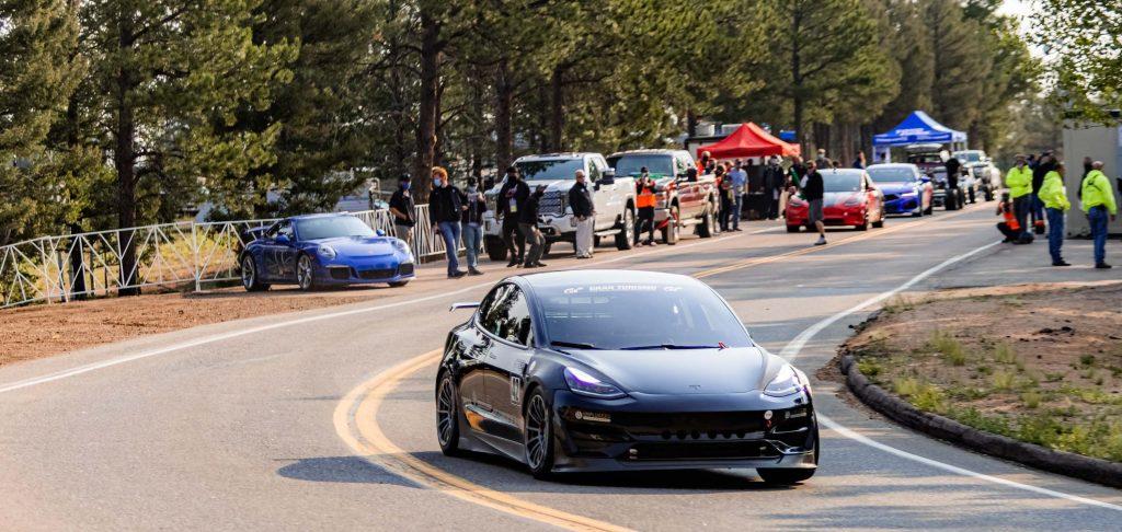 Tesla Model 3 доминирует в квалификации в исторической гонке на Пайкс-Пик