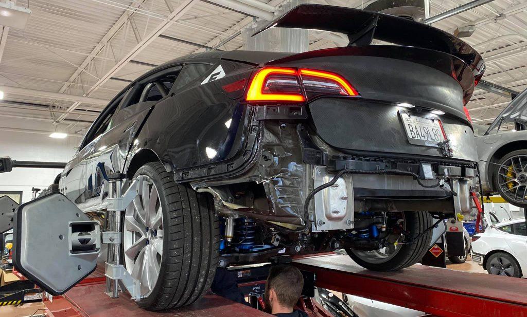 Поврежденный гонщик Tesla Model 3 снова поднимается для очередной попытки на Пайкс-Пик