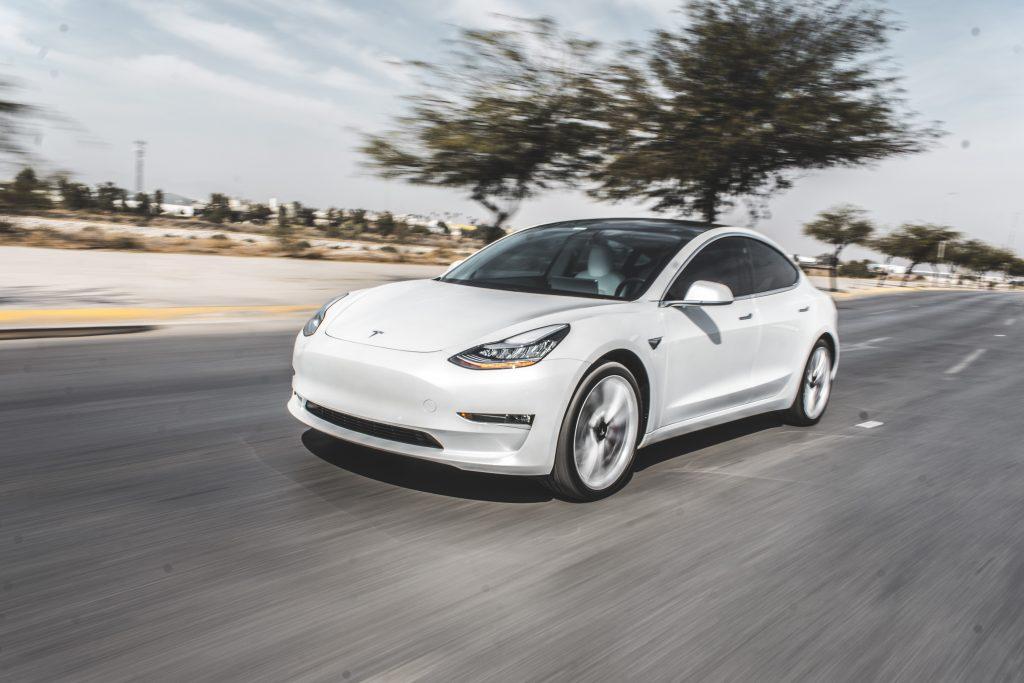 """Исследование показало, что Tesla Model 3 - """"самый приятный"""" автомобиль для всех возрастов"""