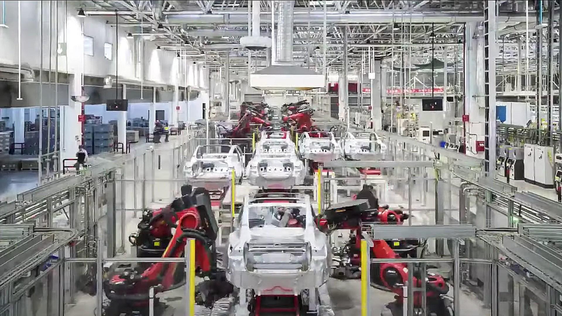 Tesla China демонстрирует `` инопланетный дредноут '' Giga Shanghai в действии