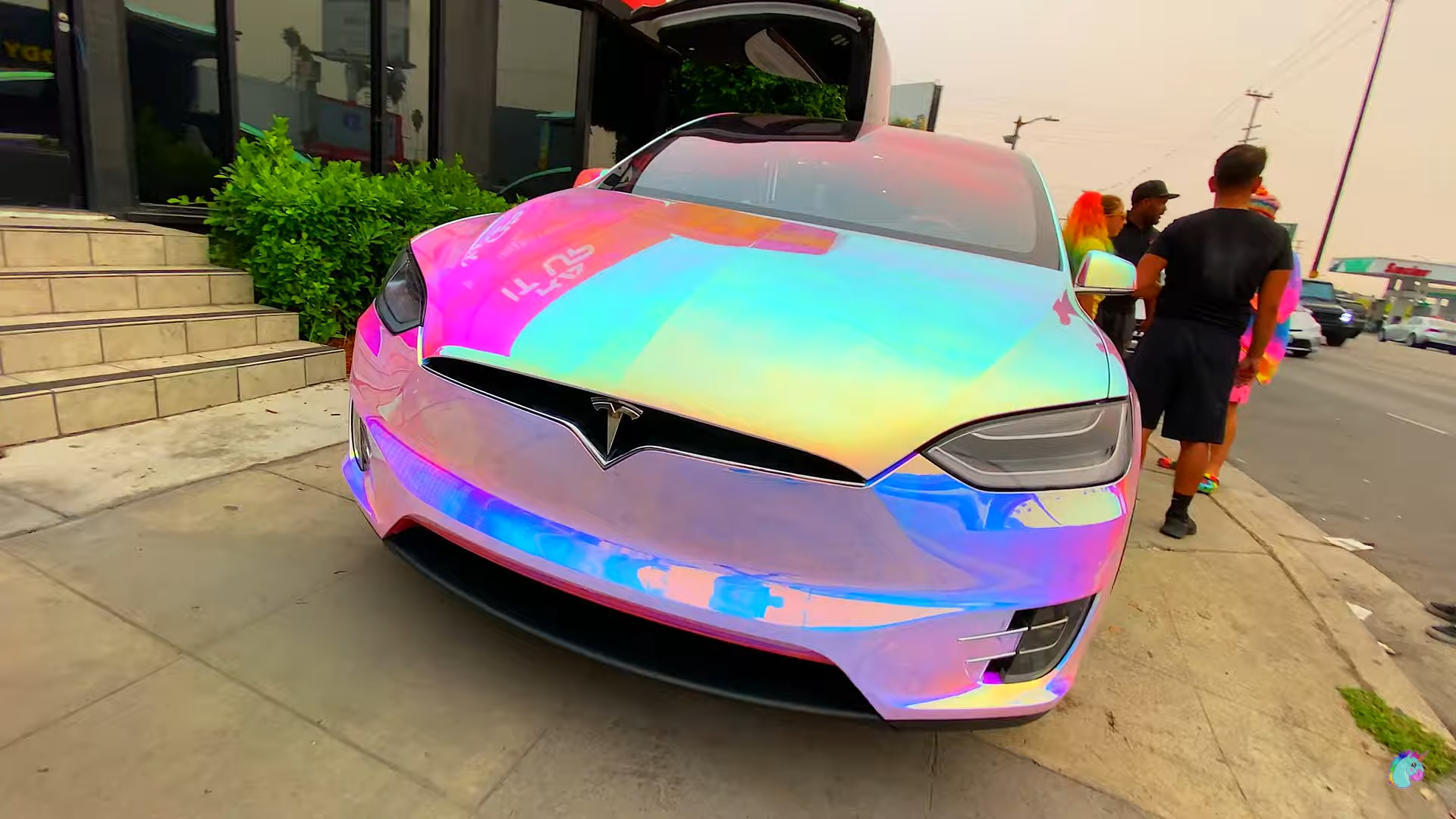 Владелец Tesla нарисовал собственную машину для причудливой упаковки Unicorn