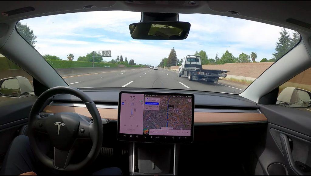 Автопилот Tesla теперь позволяет водителям оставаться на полосе для проезда с новым обновлением