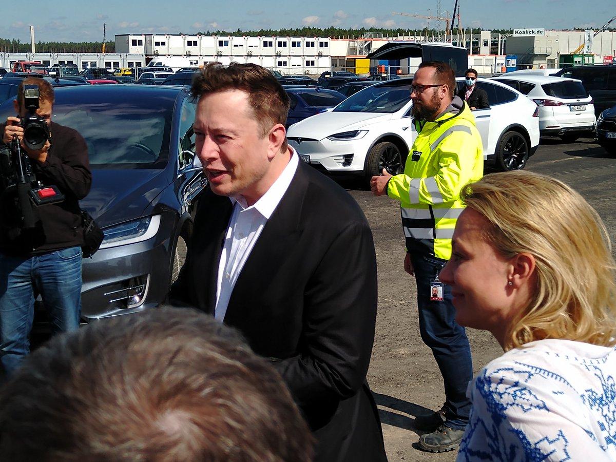 Генеральный директор Tesla Илон Маск приветствует рок-звезду во время первого визита в Giga Berlin