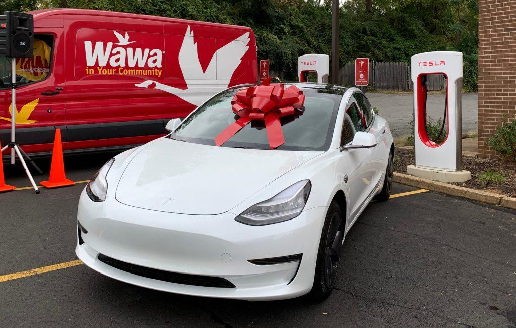 Wawa раздает Tesla Model 3 в честь 500-тысячного покупателя электромобилей