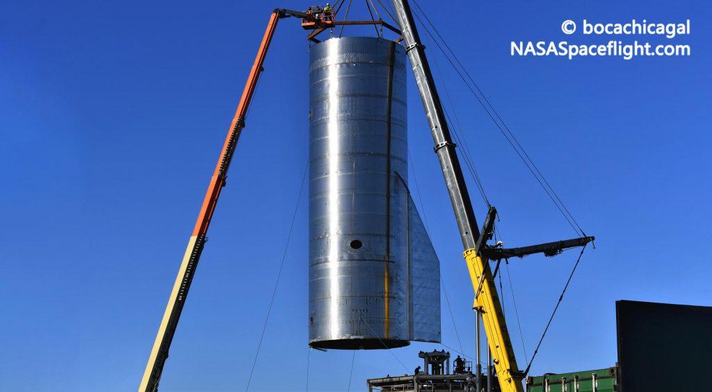 Первый высотный звездолет SpaceX с закрылками катился к стартовой площадке
