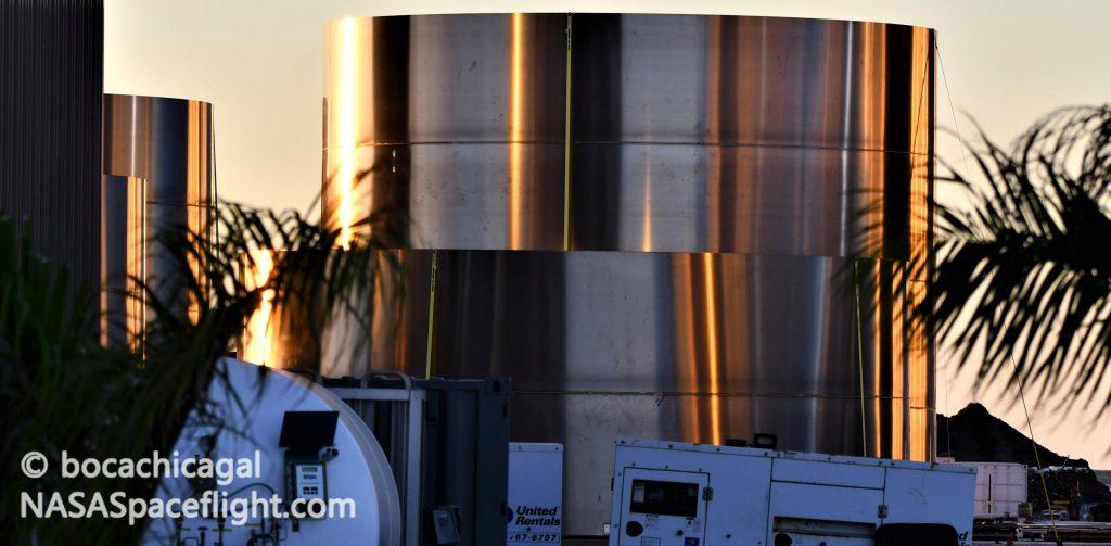 SpaceX выпускает детали для ускорителей Starship Super Heavy перед штабелированием