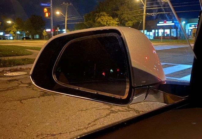 Tesla незаметно возвращает боковые зеркала Model 3 с автоматическим затемнением.