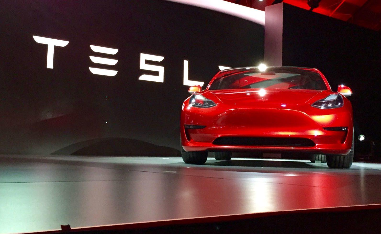 Tesla продвигает Model 3 до колоссального диапазона EPA в 353 мили менее чем за 47000 долларов
