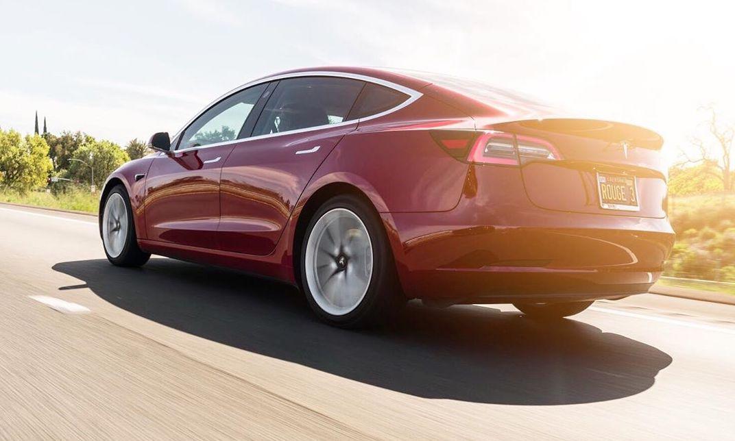 Обновления линейки Tesla S3XY показывают, насколько до смешного далеко ушли устаревшие автомобили в гонке электромобилей.