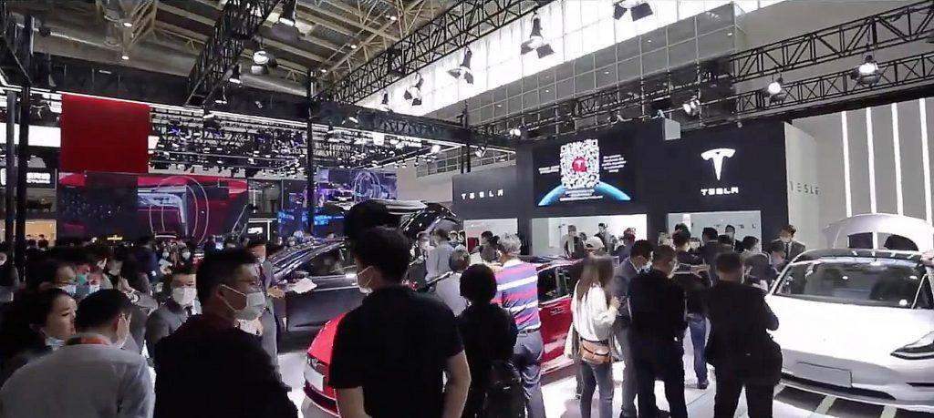 Обращение Tesla к следующему поколению покупателей автомобилей освещено в видео сообщества