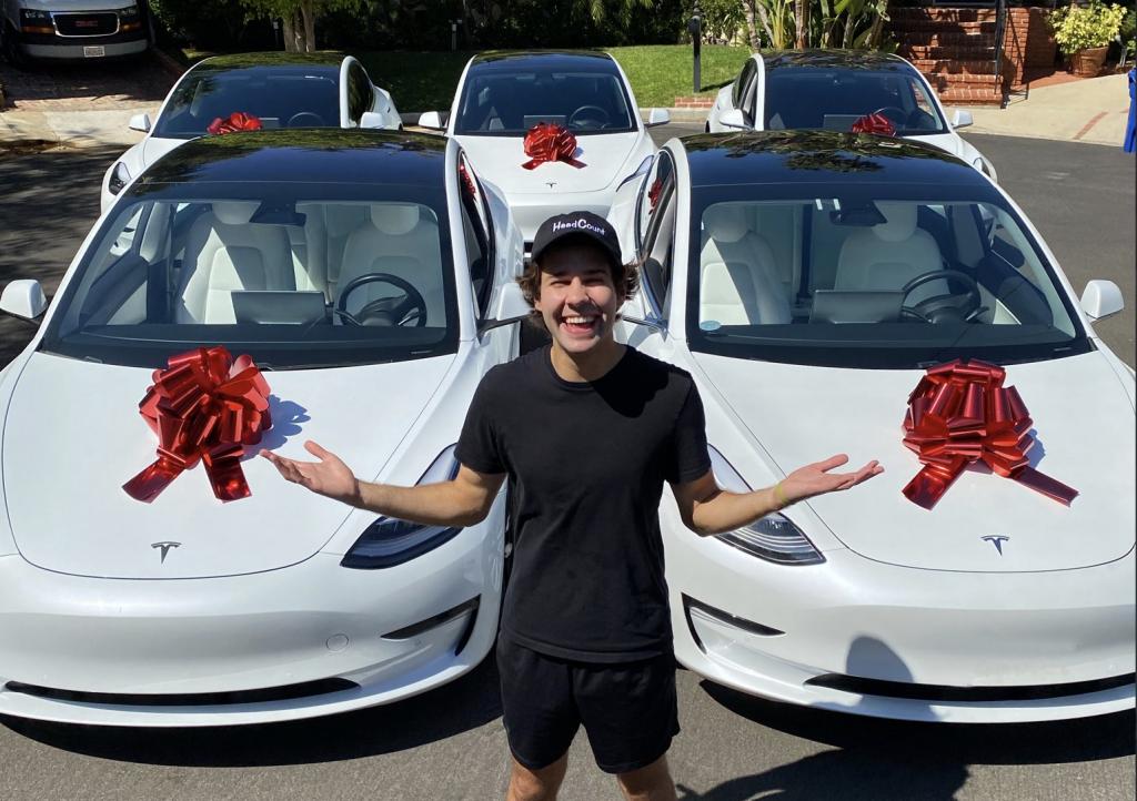 Розыгрыш Tesla от Дэвида Добрика побуждает людей голосовать
