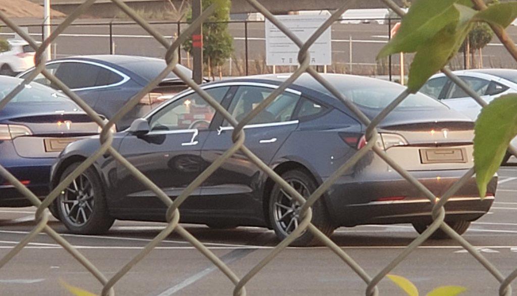 Tesla Model 3 «обновила» с удалением хрома, новая центральная консоль обнаружена на заводе