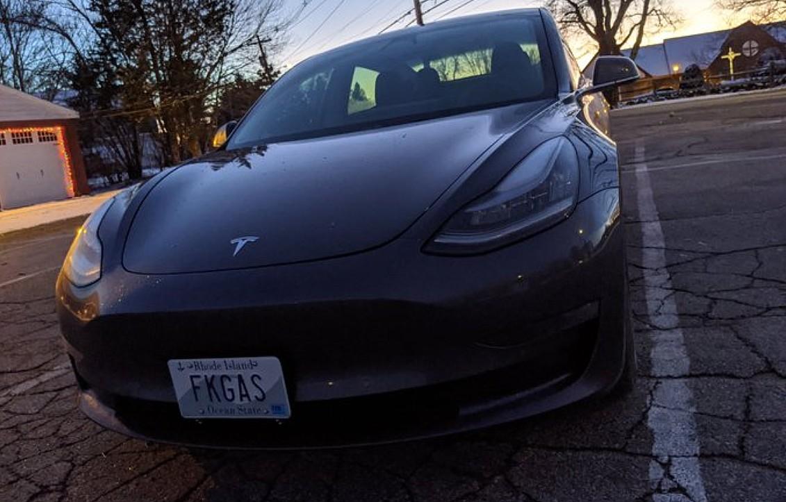 Владелец Tesla и ACLU выиграли судебный запрет против DMV в `` оскорбительном '' споре о косметике